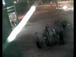 Смотрим онлайн Уличная драка на скрытую камеру.